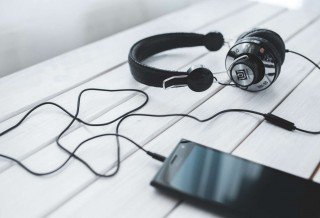 smartphone-vintage-technology-music